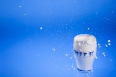 Salpicar el fondo del azul de la leche Foto de archivo libre de regalías