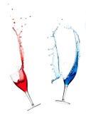 Salpicar el vino rojo y azul imágenes de archivo libres de regalías