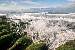 Salpicar la onda en el foso de piedra Imágenes de archivo libres de regalías