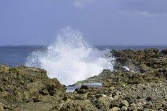 Salpicar las aguas en orilla rocosa fotos de archivo libres de regalías