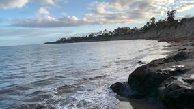Salpicar olas oceánicas en la playa de Santa Barbara Goleta Costa del Pac?fico California metrajes