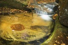 Salroc柔滑的水在新罕布什尔` s白色山落 免版税库存照片