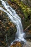 Salroc柔滑的水在新罕布什尔` s白色山落 免版税库存图片