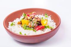 Salsa agrodolce del pollo cinese, servita con riso e le verdure nella ciotola ceramica sui precedenti bianchi isolati prescelto fotografia stock libera da diritti
