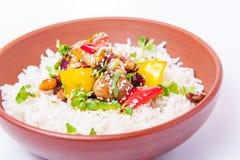 Salsa agrodolce del pollo cinese, servita con riso e le verdure nella ciotola ceramica sui precedenti bianchi isolati prescelto fotografie stock
