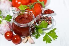 Salsa al pomodoro ed ingredienti freschi, vista superiore fotografia stock libera da diritti