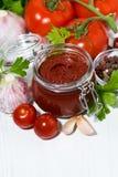 Salsa al pomodoro ed ingredienti freschi, vista superiore verticale immagine stock