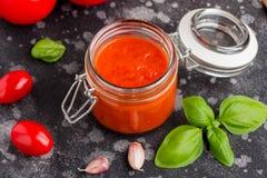 Salsa al pomodoro rossa per pasta, pizza, alimento classico italiano fotografie stock libere da diritti