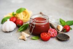 Salsa al pomodoro in un barattolo Fotografie Stock Libere da Diritti