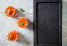 Salsa amarga dulce con los pedazos vegetales con el copyspace Foto de archivo