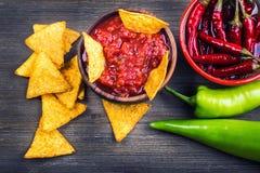 Salsa avec des frites de tortilla et des poivrons de piments Concept images libres de droits
