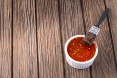 Salsa barbecue con l'unto della spazzola immagine stock libera da diritti
