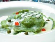 Salsa blanca de los raviolis verdes Foto de archivo libre de regalías