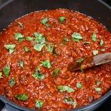 Salsa bolognese degli spaghetti con basilico fresco Fotografie Stock Libere da Diritti