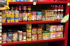 Salsa calda sullo scaffale di negozio Fotografie Stock Libere da Diritti