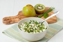 Salsa caseiro feita do quivi, das peras, do cebolinha e da hortelã Madeira verde-oliva Foto de Stock Royalty Free