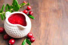 Salsa de arándano roja en el cazo blanco para el día de la acción de gracias Imagen de archivo libre de regalías