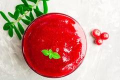 Salsa de arándano roja en la cacerola de la salsa para el día de la acción de gracias sobre gris Foto de archivo libre de regalías