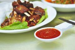Salsa de chile en los plato-condimentos Foto de archivo libre de regalías