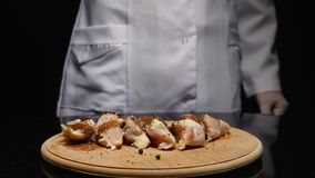 Salsa de colada del cocinero en el prendedero fresco del pollo almacen de metraje de vídeo