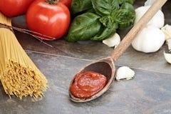 Salsa de espagueti e ingredientes Fotos de archivo libres de regalías