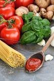 Salsa de espagueti e ingredientes frescos Imágenes de archivo libres de regalías