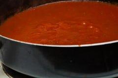 Salsa de espagueti hecha en casa de ebullición foto de archivo libre de regalías