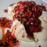 Salsa de fraise avec la crème glacée  Images libres de droits