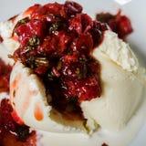 Salsa de fraise avec la crème glacée  Photos stock
