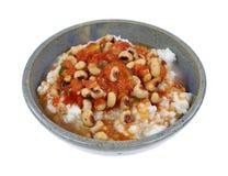 Salsa de los guisantes de Blackeye en el arroz Gray Bowl Angle On White Fotografía de archivo
