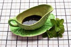 Salsa de menta en jarro verde Fotos de archivo