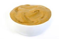 Salsa de mostaza en el cuenco blanco Foto de archivo libre de regalías