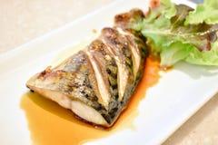 Salsa de pescados asada a la parrilla del saba fotografía de archivo