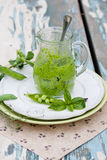 Salsa de Pesto en un tarro de cristal Imagen de archivo libre de regalías