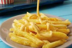Salsa de queso de colada sobre las fritadas deliciosas, foto de archivo libre de regalías