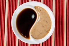 Salsa de soja en la placa Yin Yang imagenes de archivo