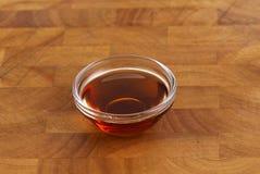 Salsa de soja en pequeña taza imagen de archivo