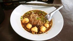 Salsa de soja oscura de arroz del barco de los tallarines de la bola mojada estrecha del cerdo Fotos de archivo