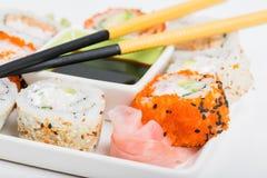 Salsa de soja, palillos y mezcla del sushi Foto de archivo libre de regalías