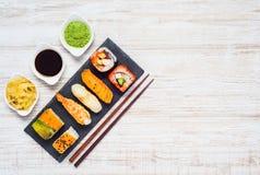 Salsa de soja, Wasabi y Ginger With Japanese Food en espacio de la copia Fotografía de archivo