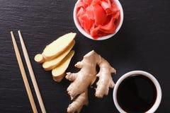 Salsa de soja y jengibre conservado en vinagre en un tablero Clo horizontales de la visión superior Imagenes de archivo