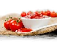 Salsa de tomate con los tomates imágenes de archivo libres de regalías