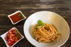 Salsa de tomate de la pizca de los espaguetis fotografía de archivo