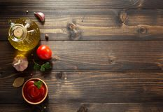 Salsa de tomate en cuenco en la madera Fotografía de archivo