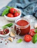 Salsa de tomate en un tarro imagen de archivo