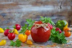 Salsa de tomate hecha en casa en un tarro de cristal Foto de archivo
