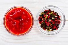 Salsa de tomate, una mezcla de pimientas en un fondo de madera del tablero Fotografía de archivo libre de regalías