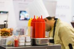 Salsa de tomate y mostaza en el contador del restaurante fotografía de archivo libre de regalías