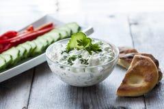 Salsa de Tzatziki con la verdura y el pan Pita imagenes de archivo
