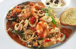 Salsa del basilico degli spaghetti dei frutti di mare Immagini Stock